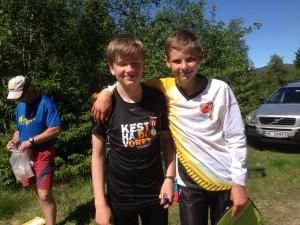 Bildet syner  to medaljevinnarane i klassse gutar 15-16 år. Audun Kristian Oklevik, Hafslo tok gull og Eirik Albretsen tok sølv i KM-mellom 14.juni 2014